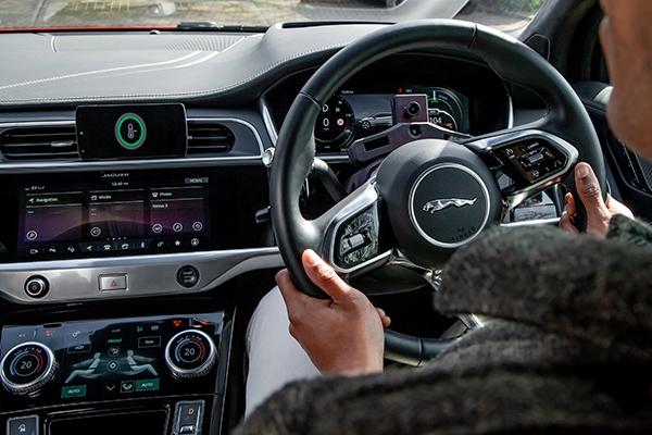 Nieuwe technologie jaguar land rover helpt stress te verminderen