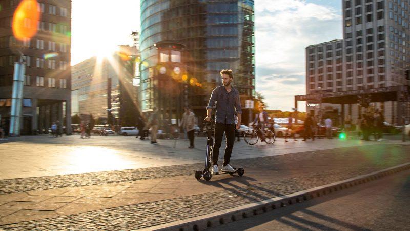 Audi combineert e-scooter met skateboard